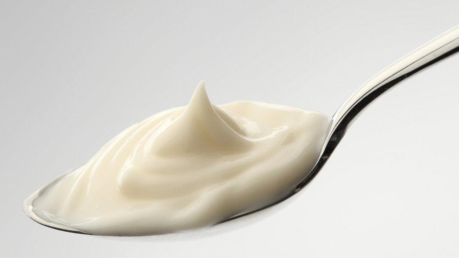 Podle normy stačí na kilogram majonézy jeden žloutek. Pro některé výrobce je ale i to málo.