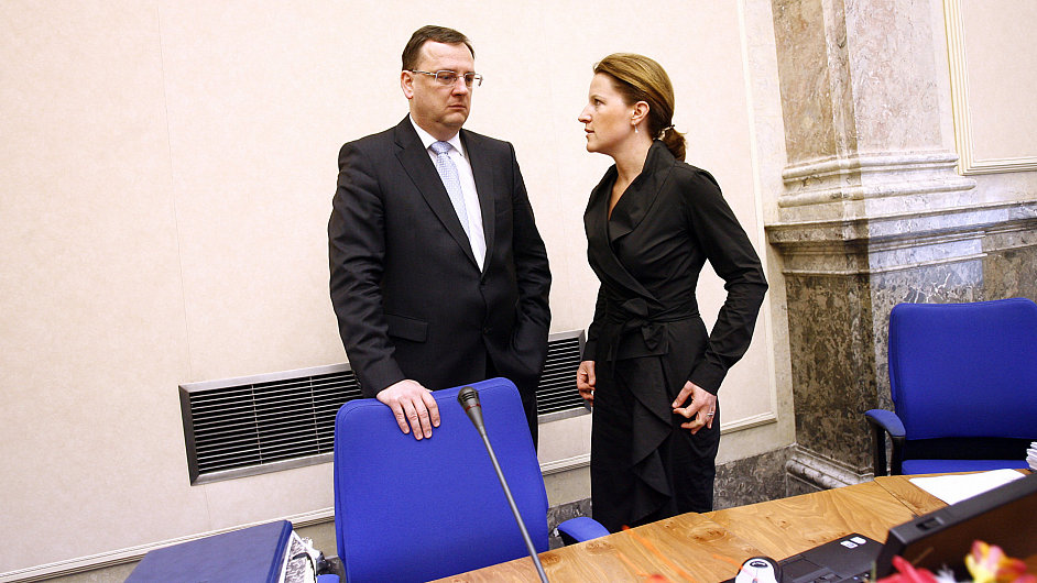 Premiér Petr Nečas (ODS) s vicepremiérkou a místopředsedkyní VV Karolínou Peake