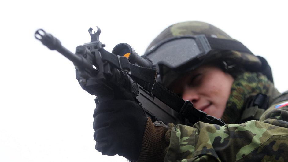 Vojenské cvičení. Na snímku útočná puška CZ 805 BREN vyvinutá firmou Českou zbrojovkou.