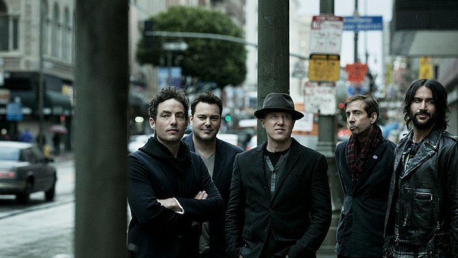 Jakob Dylan (vlevo) vede Wallflowers od devadesátých let.