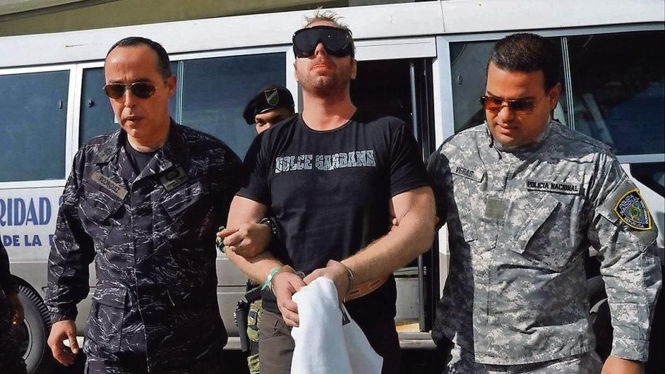 Jiřího Štěpánka (uprostřed) spolu s dalšími šesti Čechy zatkla dominikánská policie loni v říjnu.