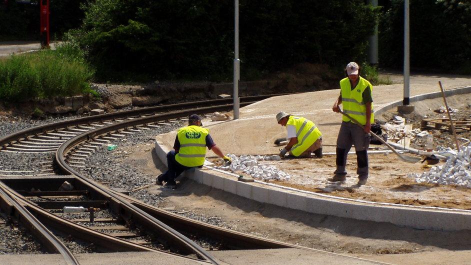 Dělníci na železnici - Ilustrační foto.