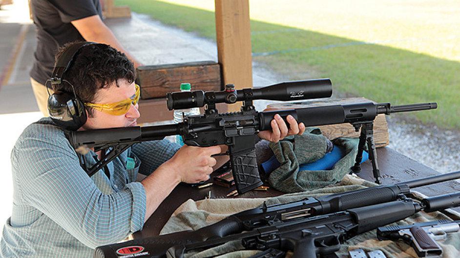 Zbraně v USA si koupíte klidně na parkovišti před supermarketem.
