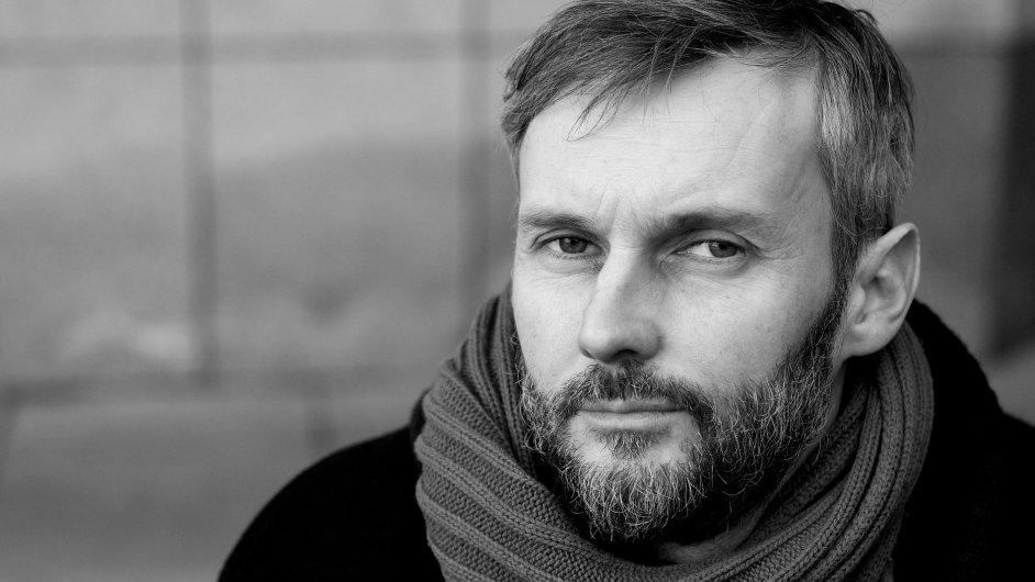 Nová generace českých básníků je stručná, hutná a otevřená, říká Petr Borkovec.