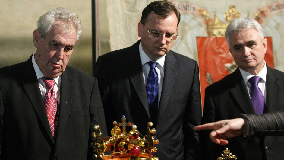 Prezident Zeman při odemykání korunovačních klenotů