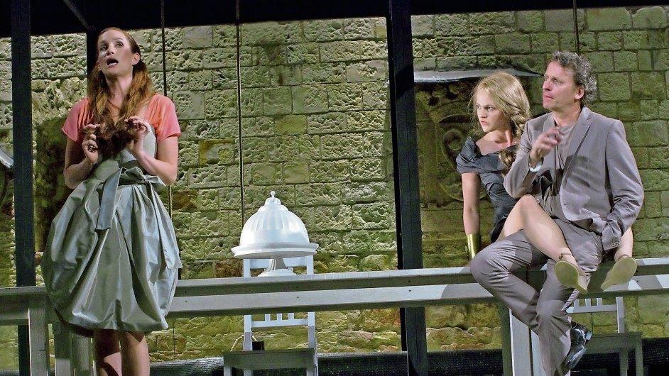 Hermie Hany Vagnerové (vlevo) do tajů lásky proniká, aténský vládce Theseus (David Prachař) je už protřelý milostný manažer.
