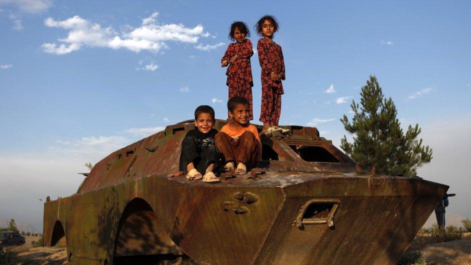 Afghánské děti na zničeném obrněném voze v Kábulu, ilustrační foto