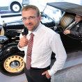 ��f v�voje motor� a podvozk� �koda Auto Martin Hrdli�ka. Ve voze sed� jeho otec, Petr Hrdli�ka, tv�rce Favoritu.