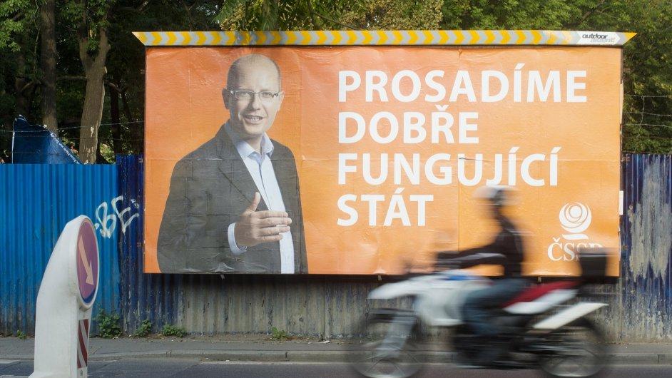 Předvolební billboard ČSSD s předsedou Bohuslavem Sobotkou v pražské ulici Freyova (na snímku z 4. září).