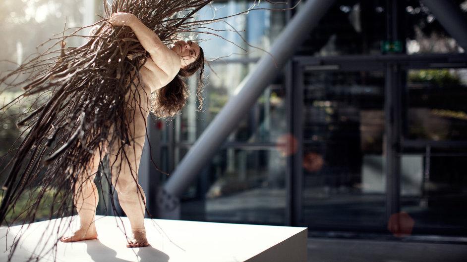 Z pařížské výstavy Rona Muecka