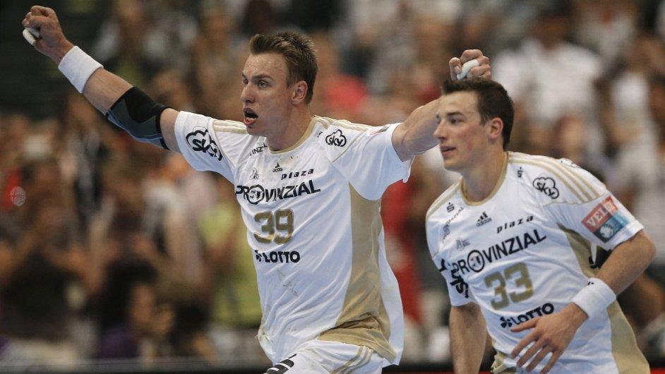 Filip Jícha (vlevo) se raduje při zápase