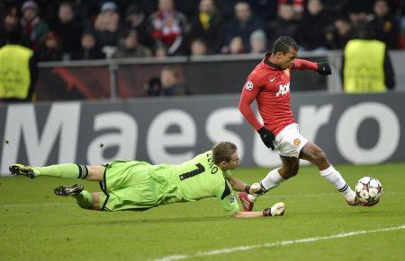 Nani z Manchesteru střílí gól brankáři Lenovi z Leverkusenu
