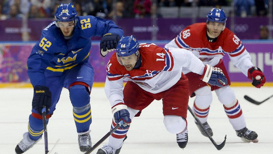 Tomáš Plekanec (14) a švédský obránce Jonathan Ericsson v prvním utkání olympijského turnaje