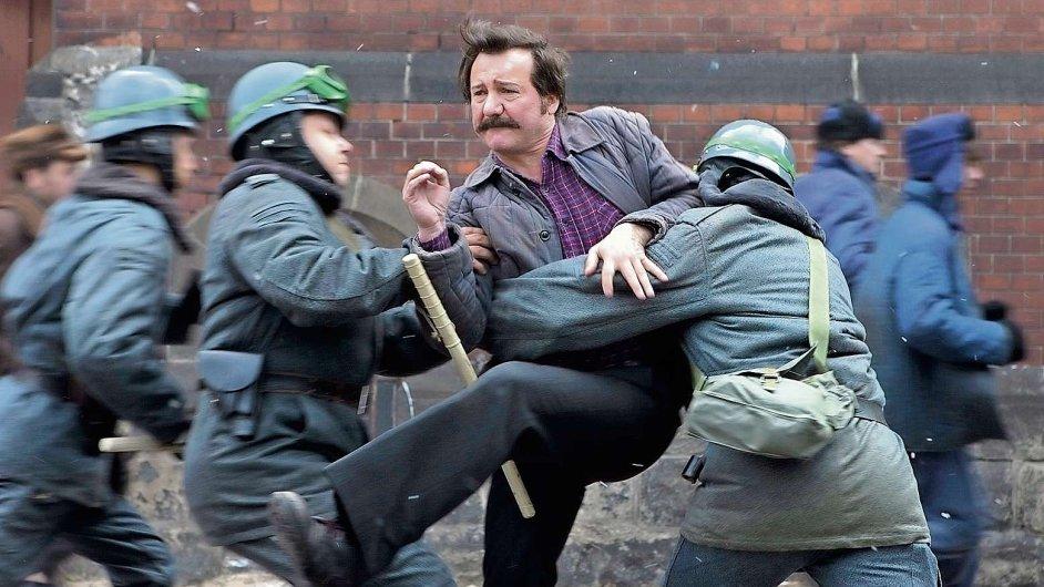 Andrzej Wajda podřídil svůj film titulní figuře (na snímku je Robert Wieckiewicz jako Walesa).