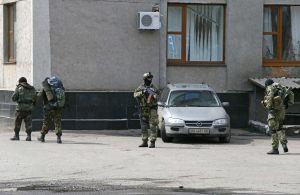 Neidentifikovatelní ozbrojenci na ulici Slavjansku