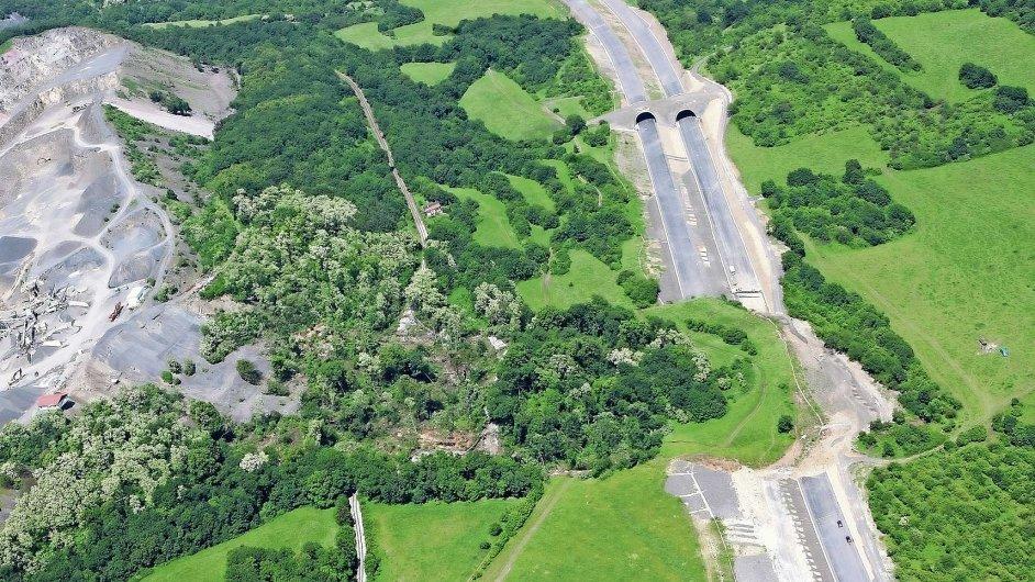 Úsek rozestavěné dálnice D8, který v roce 2013 částečně zasypal sesuv půdy.