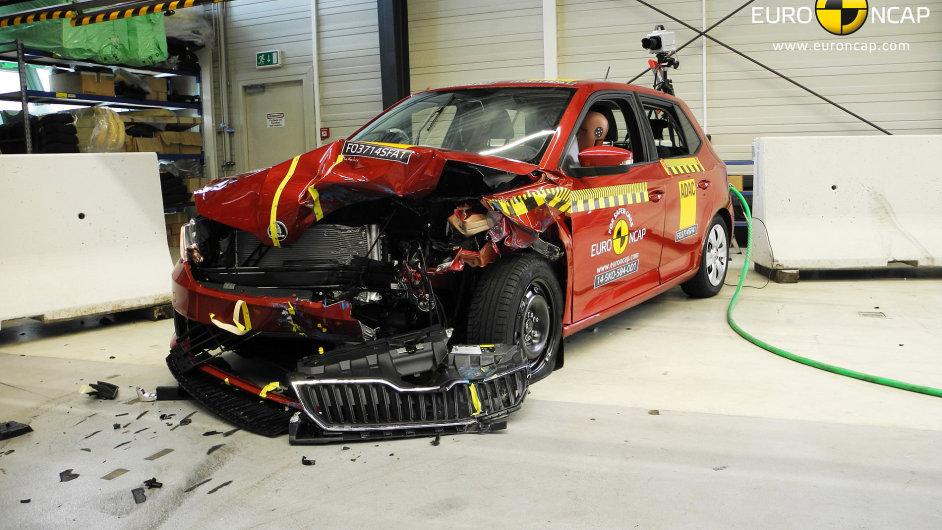 Nová Škoda Fabia po čelním nárazu s přesahem do deformovatelné překážky rychlostí 64 km/h