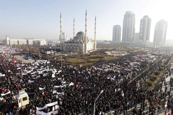 Tisíce lidí protestují v čečenském Grozném proti týdeníku Charlie Hebdo.