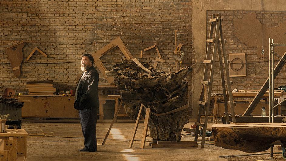 Výtvarník Aj Wej-wej ve svém studiu v Pekingu