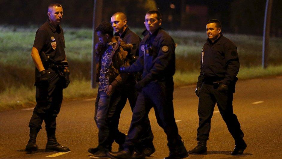Policie zadržela běžence snažícího se dostat z francouzského Calais do Velké Británie Eurotunelem