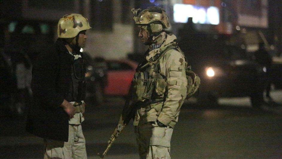 Afghánští vojáci zajišťují oblast.