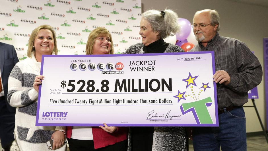 John Robinson, jeho manželka Lisa a dcera Tiffany dostávají šek s rekordní výhrou v Pawerball loterii.
