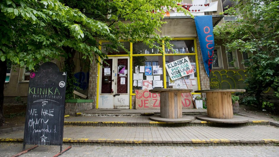 Centrum Klinika je po policejním zásahu opět v rukou aktivistů.