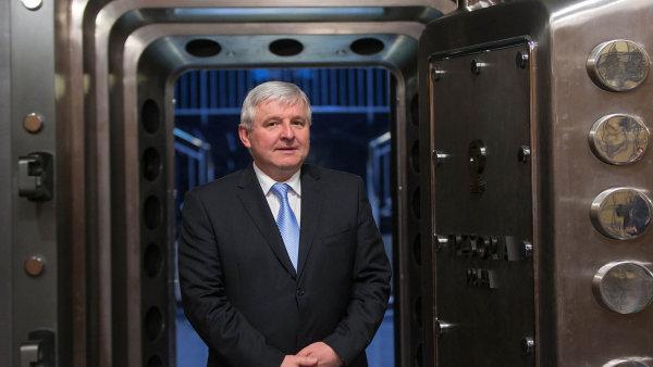 Guvernér Jiří Rusnok v sejfu ČNB, který má dnes už jen symbolickou roli