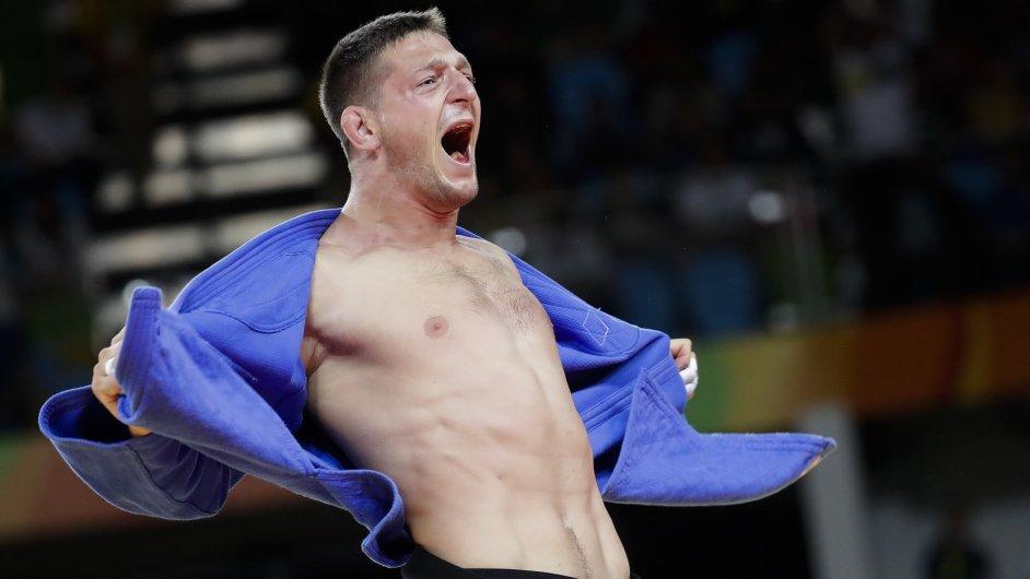 Judista Lukáš Krpálek oslavuje olympijské zlato.