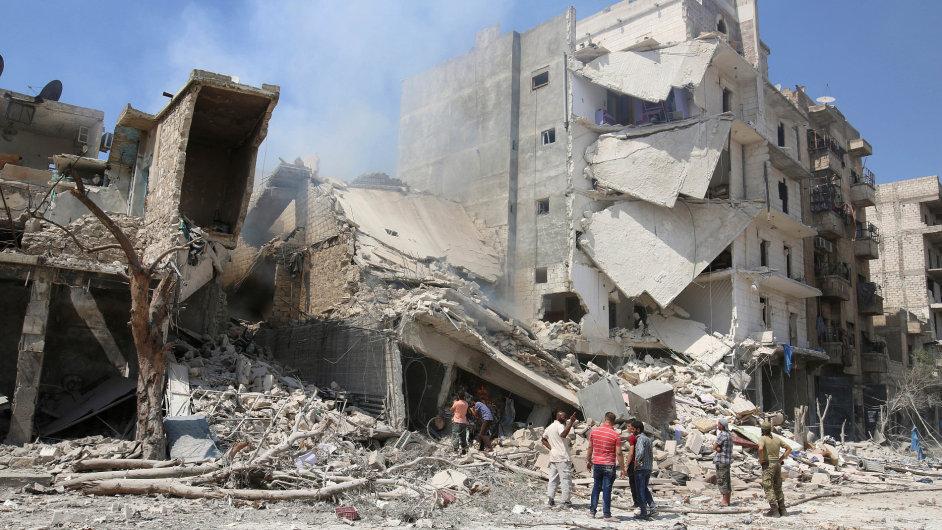 Aleppo v troskách. Muži prohledávají místa poničená nálety.