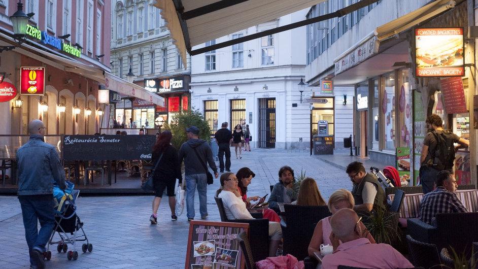 Bary a restaurace v Bratislavě musí podle nové vyhlášky zavírat již v deset hodin.