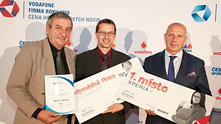 Zleva: Živnostník roku Zlínského kraje 2016 Augustin Krystyník, personální ředitel odpovědné firmy roku Austin Detonator Jaroslav Koňařík a zakladatel zlínské Firmy roku Milan Hajdík.