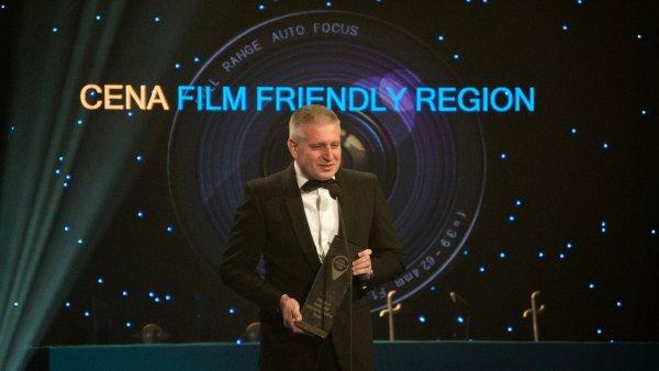 Karlovarský hejtman při přebírání ceny Film Friendly Region v roce 2015