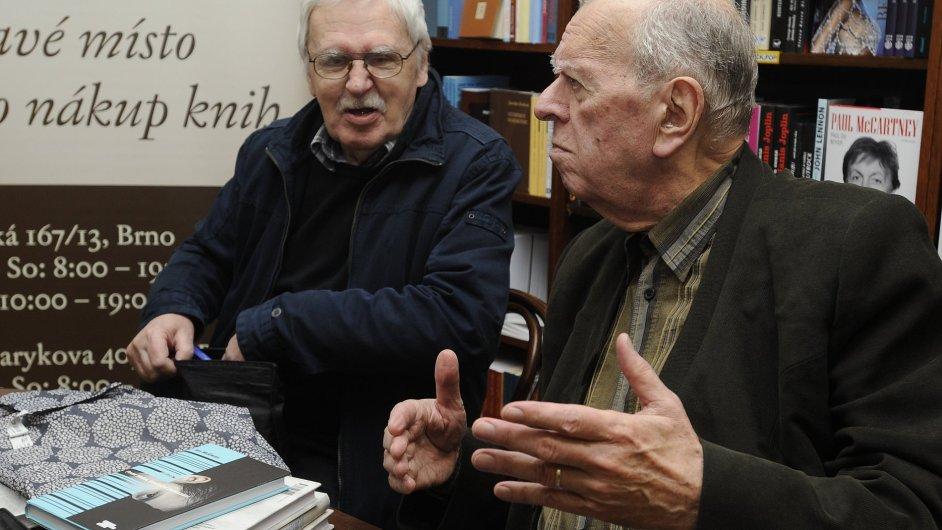 Na snímku ze čtvrtečního křtu knihy v Brně jsou romanopisec Jiří Kratochvil (vlevo) a dramatik Milan Uhde.