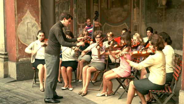 Dirigent Jiří Bělohlávek diriguje dívčí orchestr, 1980.