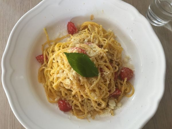 Linguine s bazalkou, citronem, cherry rajčátky a parmazánem v Café Záhorský