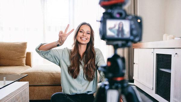 Čeští youtubeři se učí přiznávat reklamu