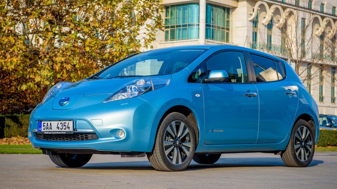 Elektrický originál. Nissan Leaf se vyrábí jen ve variantě na elektřinu, díky tomu je v něm méně kompromisů než v Golfu.