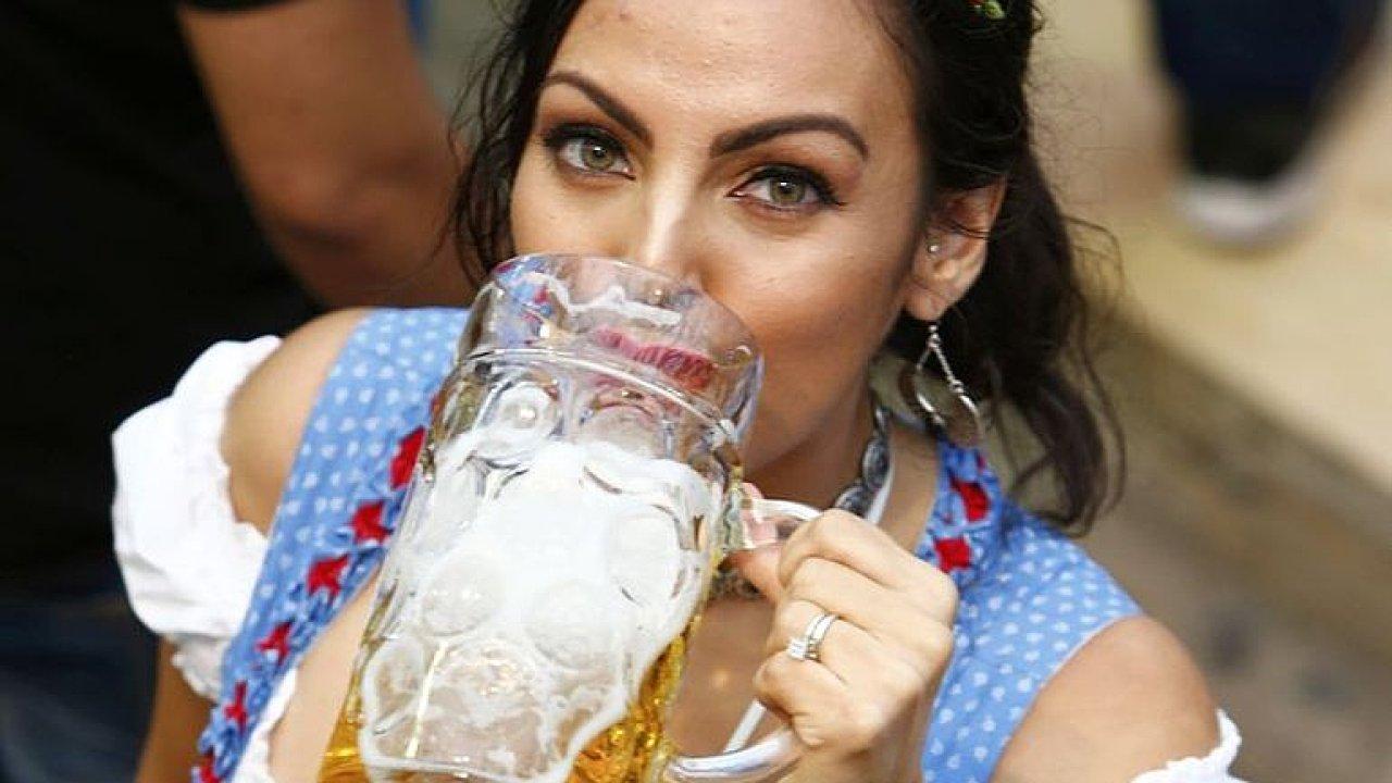 Když pivo teče proudem. Oktoberfest láká miliony lidí na chmelový mok i pouť.