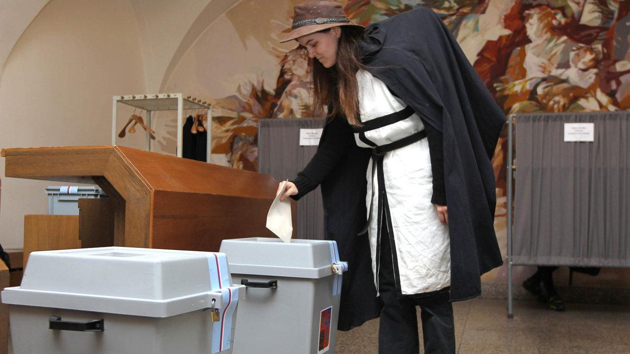 K volbám, nebo na čundr? Odhodlání mladých voličů ještě neznamená, že skutečně všichni znich kurnám dorazí.
