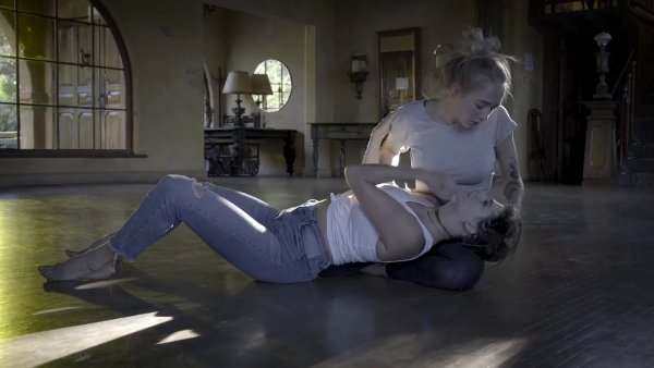 Snímek z videoklipu dua Rhye.