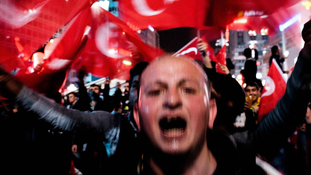 Vítěz kategorie Aktualita (single): Robert Barca, volný fotograf– Ano Erdoganovi, ne demokracii