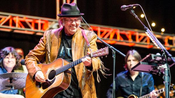 Neil Young (na snímku z loňského koncertu v Kalifornii) prostřednictvím archivu zdarma streamuje i své zbrusu nové album The Visitor.