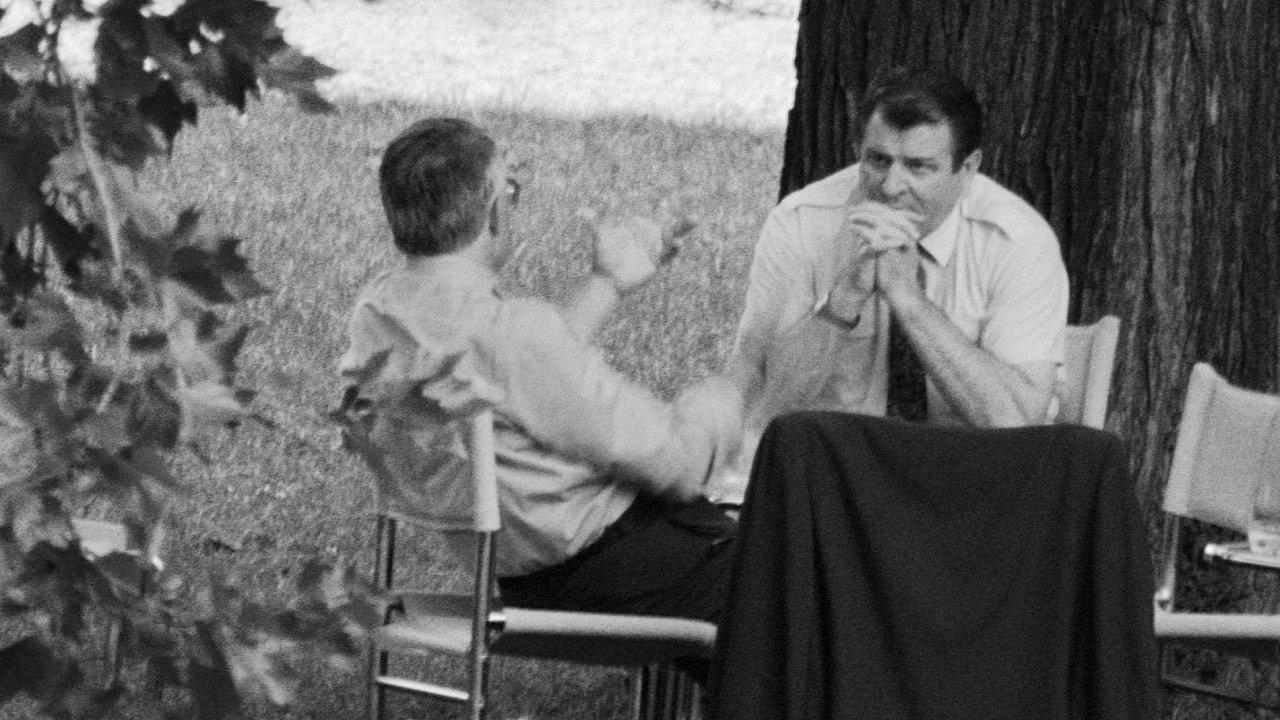 Vladimír Mečiar a Václav Klaus jednají o rozdělení federace na zahradě brněnské vily Tugendhat, srpen 1992.