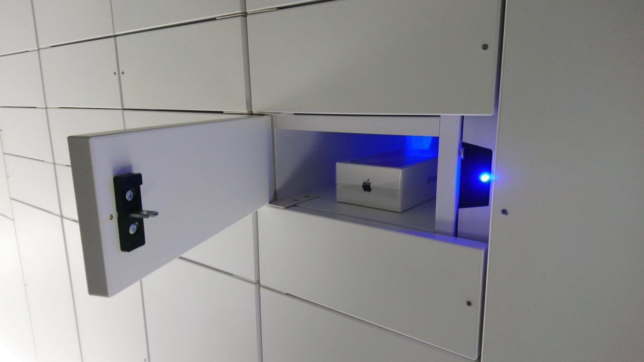 Internetový prodejce Alza.cz představil 10. ledna 2018 prodejnu se samoobslužnými boxy, kterou otevře v Praze u stanice metra Flora. Prodejna bez prodavačů je vybavena schránkami, které obslouží 80 pr