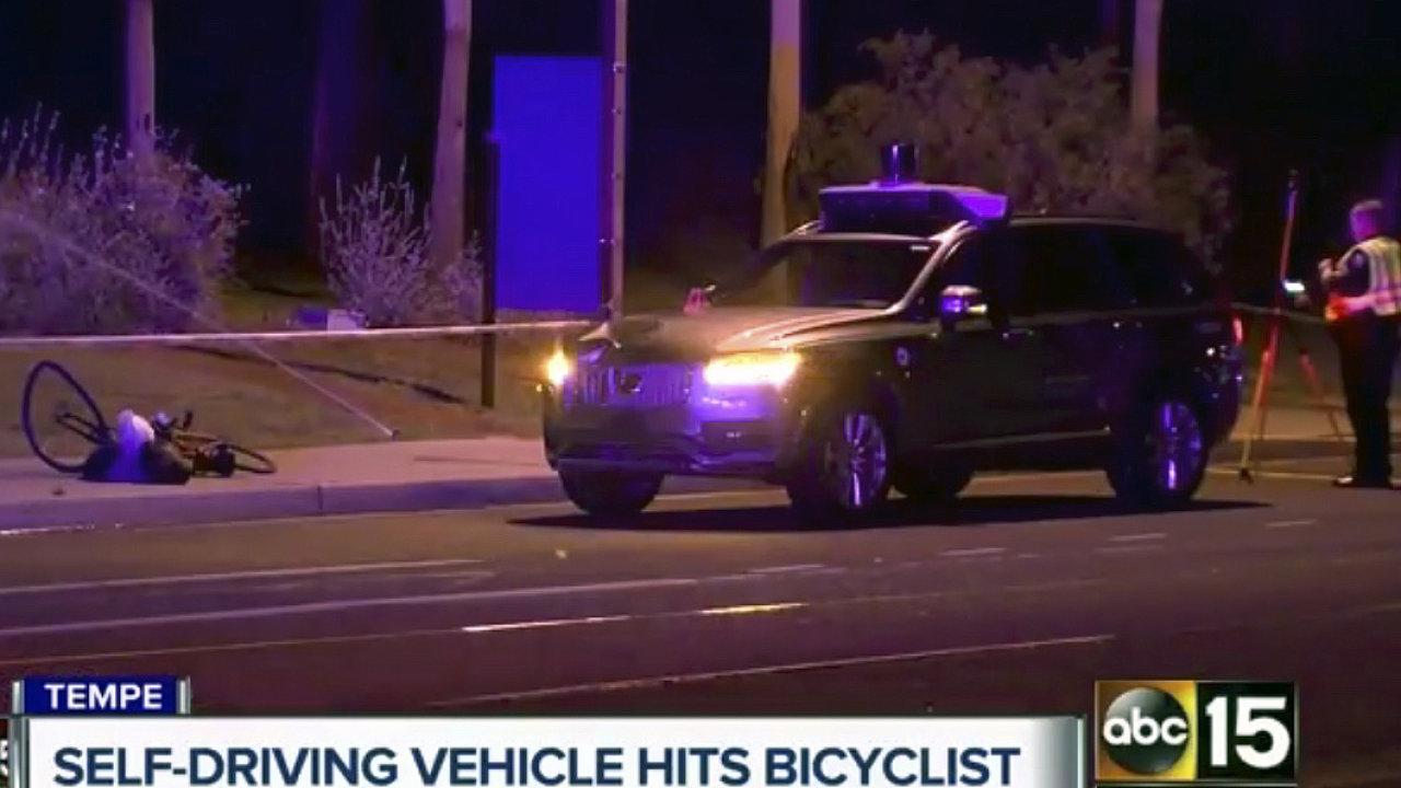 Samořiditelné vozidlo Uber v Arizoně srazilo chodkyni, která vedla kolo. Po převozu do nemocnice zemřela. Jde zřejmě o prvního chodce, kterého zabilo samořiditelné vozidlo.