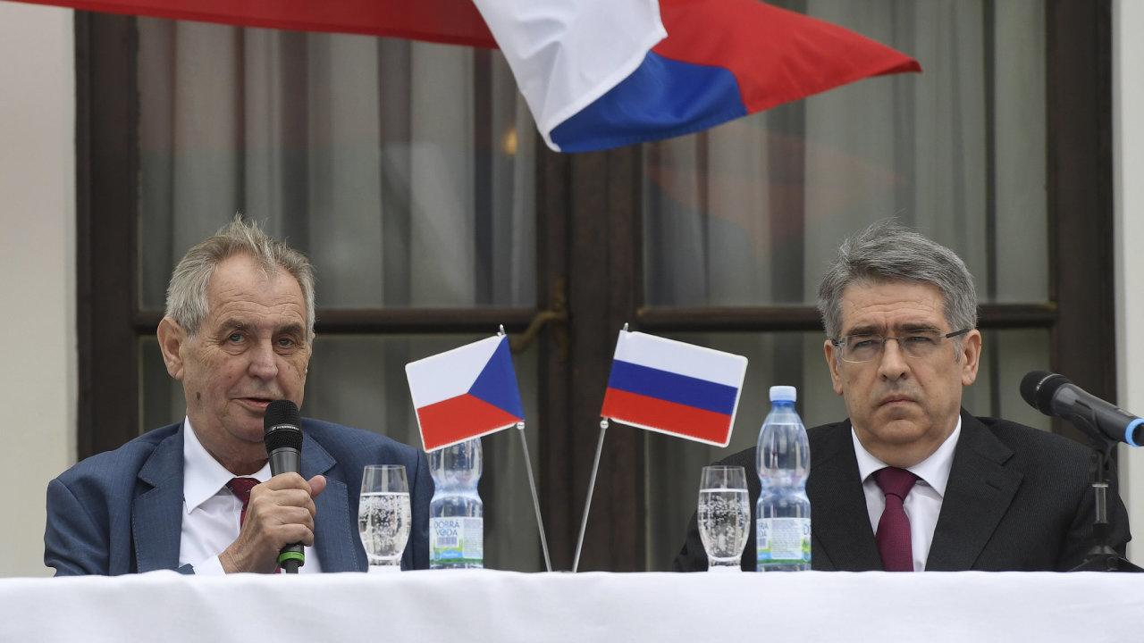 Prezident Miloš Zeman a ruský velvyslanec v České republice Alexandr Zmejevskij na recepci u příležitosti oslav výročí konce druhé světové války.