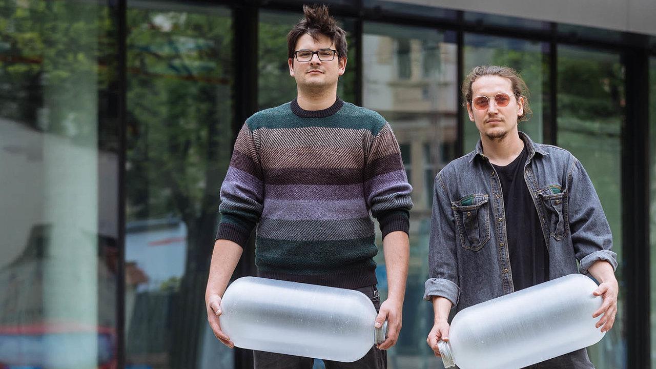 Josef Rozehnal (vpravo) aJakub Kraus začali vyrábět světla adalší předměty zvyhozených věcí proto, že neměli peníze nanový materiál. Nakonec to obrátili vevýhodu.