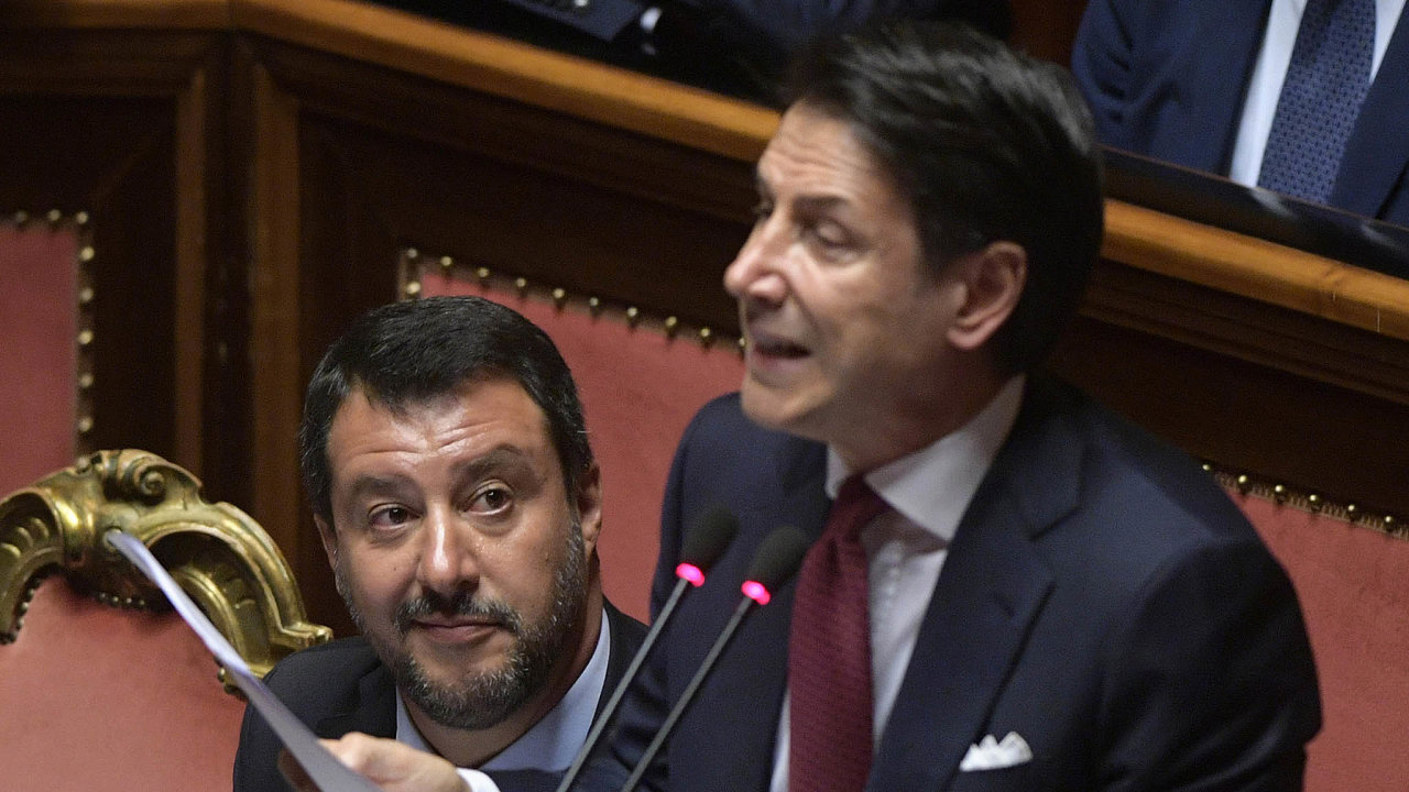 Vrezignačním projevu premiér Giuseppe Conte (vpravo) kritizoval Mattea Salviniho a vysloužil si potlesk poslanců zDemokratické strany. Ta jedná ovytvoření koaličního kabinetu sHnutím pěti hvězd.