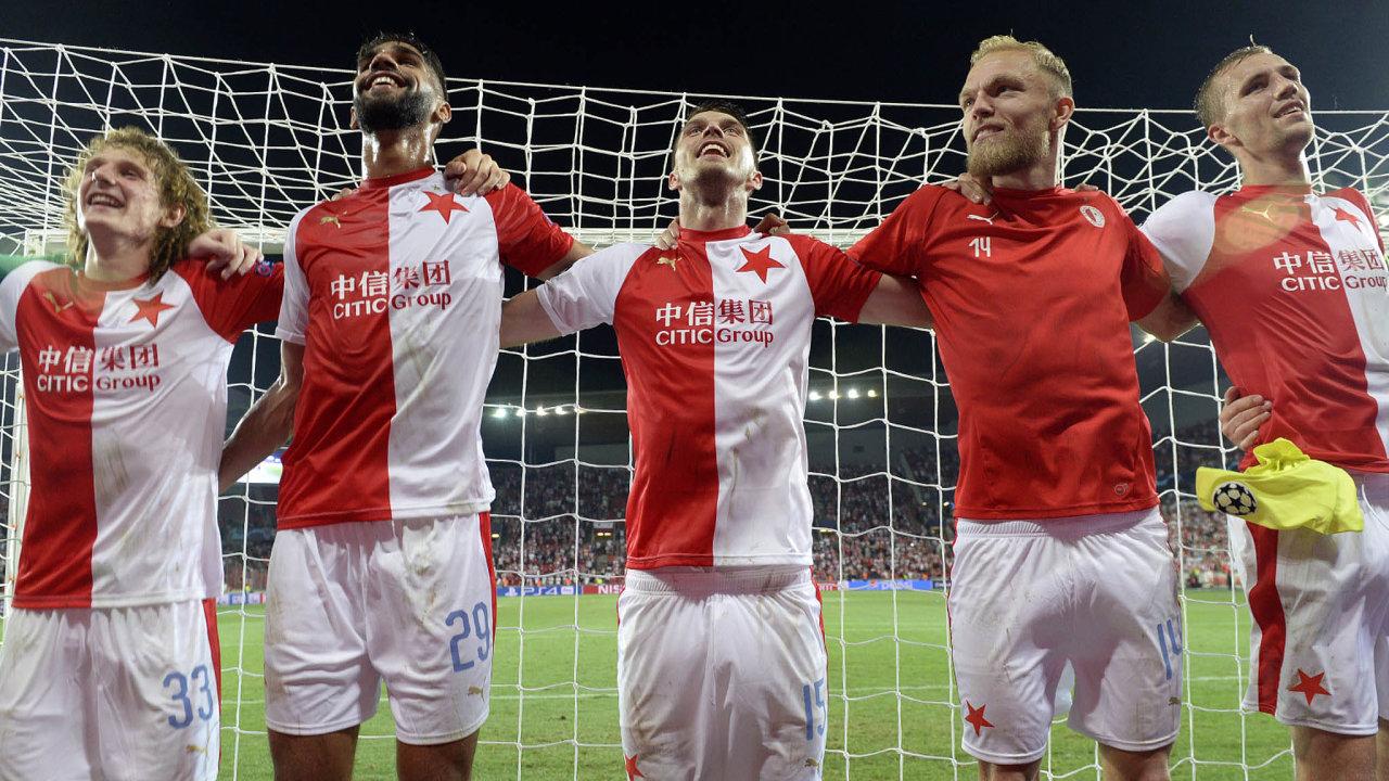 Radost z postupu. Fotbalisté Slavie vyřadili rumunskou Kluž a dělí se s fanoušky o radost z postupu do Ligy mistrů. Po reorganizaci evropských pohárů mohou české kluby o takové zážitky přijít.
